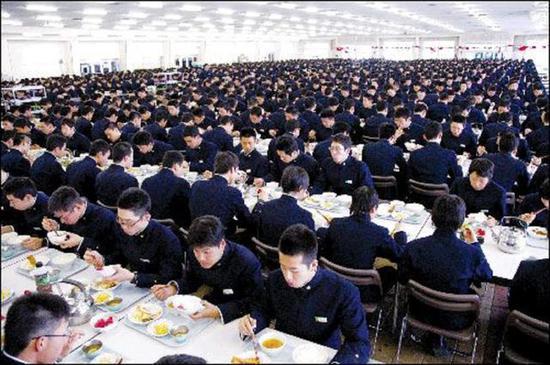 在有空调的餐厅里身着正装用餐、大摆派头的日本自卫队员