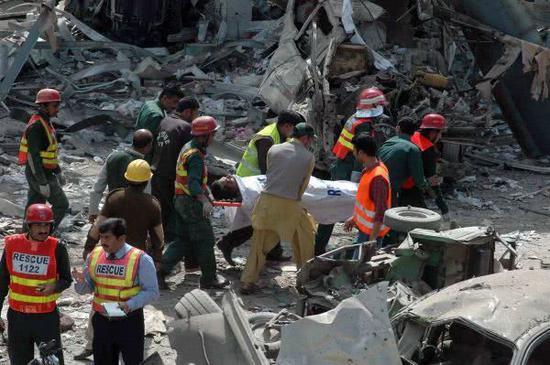 """圖爲""""基地""""組織在巴基斯坦製造的一起恐襲事件的現場"""