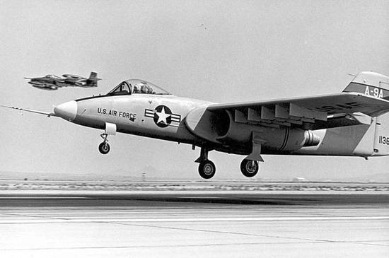 美军A-10堪称史上最抗揍战机:发动机被打烂仍能返航