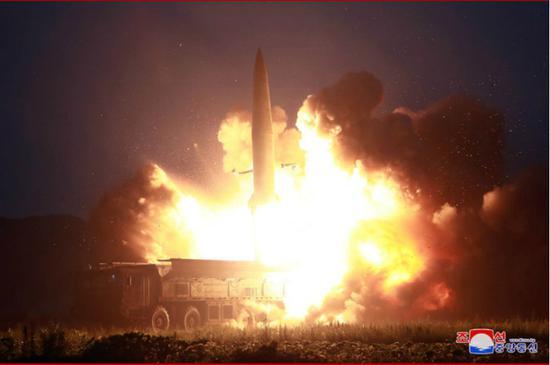 朝鲜罕见公布新型导弹击中目标瞬间:碎石飞溅(图)