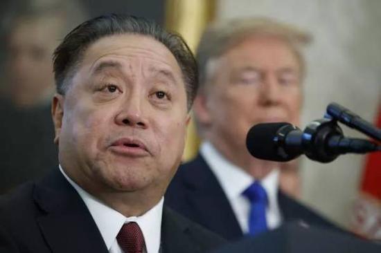 博通华裔美籍CEO陈福阳此前与美国总统特朗普共同出席新闻发布会 图自商业内幕