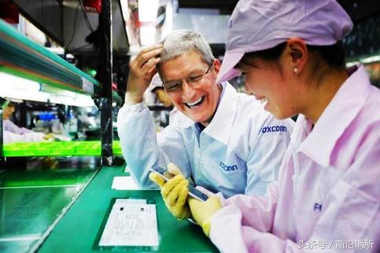 资料图:苹果CEO和中国富士康工人