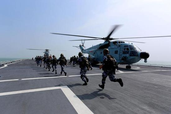 图片:在以往,陆战队需搭乘海军航空兵的直升机,其实是两个不同兵种