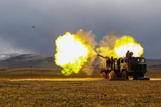 解放军122毫米卡车炮在高原进行实弹射击。
