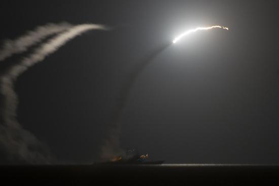 """美军""""阿利·伯克""""级导弹驱逐舰向叙利亚境内发射战斧式巡航导弹。"""