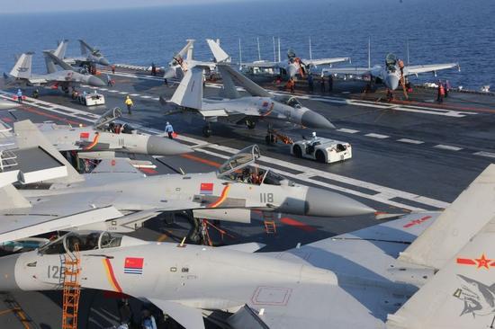 辽宁舰飞行甲板官兵紧张有序保障舰载机飞行。张雷摄影