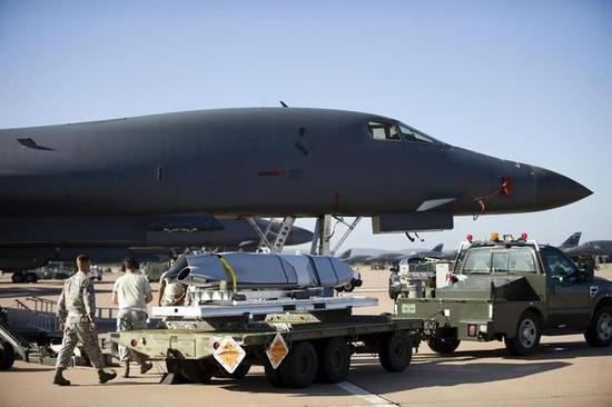 美军B1-B战略轰炸机正在装载JASSM-ER导弹
