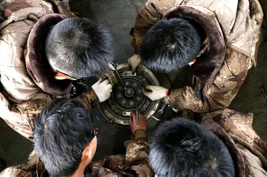 中国这所大学真牛:大三女生也必须学会开坦克(图)5.11完美越狱
