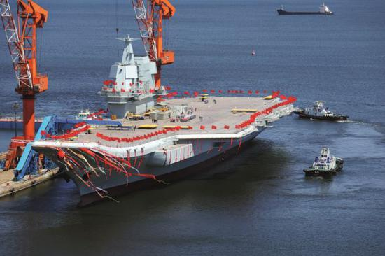 2017年4月26日,中国首艘国产航母001A在大连造船厂举行下水仪式。图/视觉中国