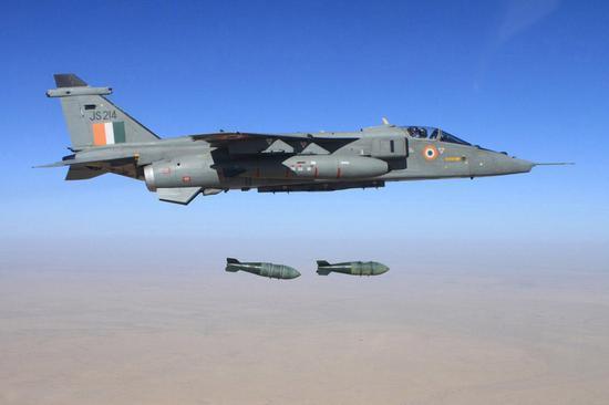 老机型美洲虎也在演练投掷航空炸弹