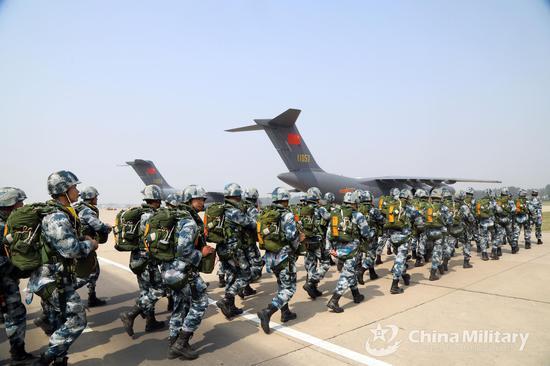 空降兵登上编号为11057的运20(图片来源:中国军网)