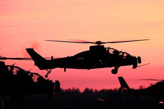 图片:夕阳下的直-10,军网英文站 图片