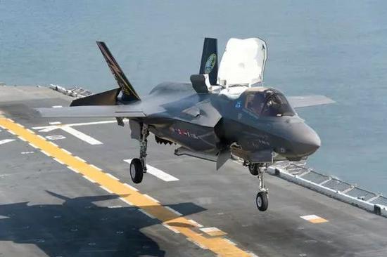 F-35B隐身战斗机具备短距起降能力,无需弹射器。