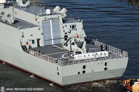 以娇小的直-9直升机为参照物,更显出052D甲板面积的小来了。