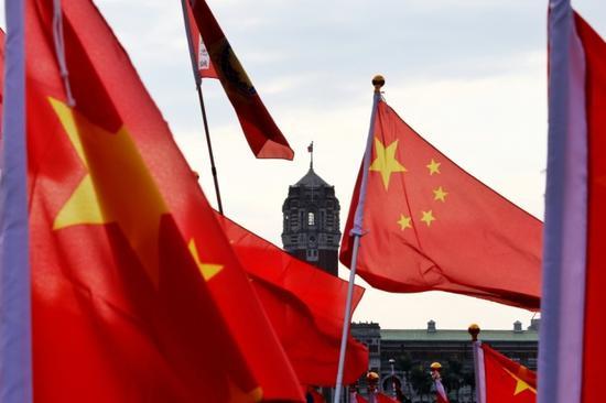 台湾爱国人士持五星红旗在蔡办前参加活动(图源:台媒)