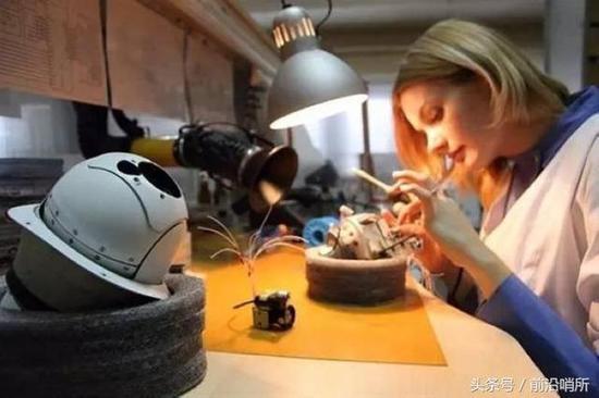 俄罗斯工人妹子正在装配无人机