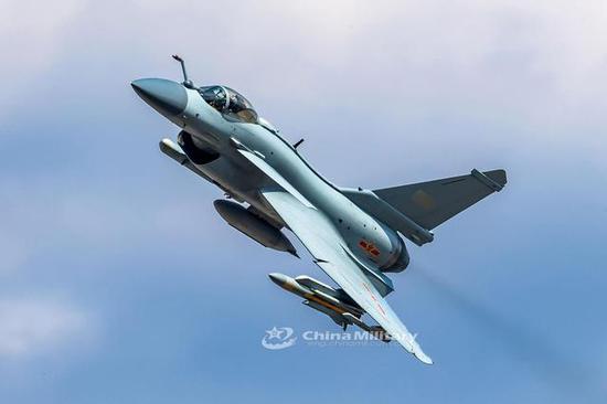 图片:挂载鹰击91和电子战自卫吊舱的歼-10B,中国军网英文站 图片