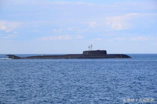 俄核潜艇出海参加阅兵 通过丹麦大桥惊到钓鱼人(图)