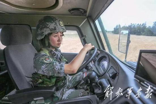 我军女兵照片曝光一新型战车 系中外合资产品英军认可