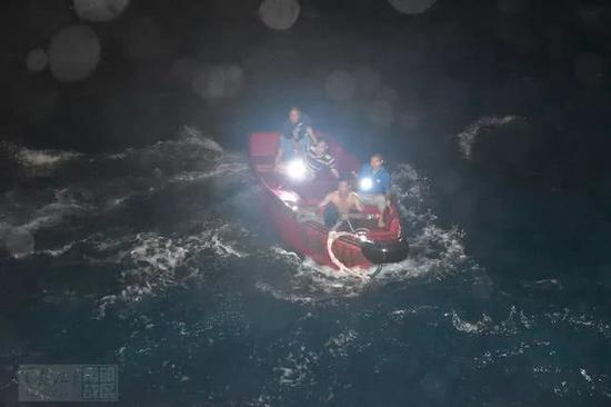 我军南沙渚碧礁官兵冒3.5米高巨浪救出遇险中国渔民世维年华
