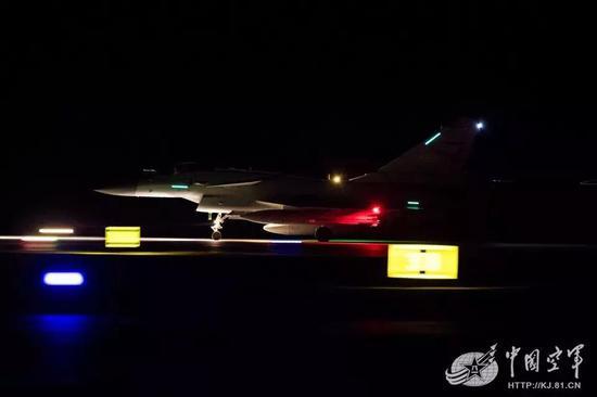 中国歼20携歼16歼10C暗夜出击 已可对付F22夜间入侵