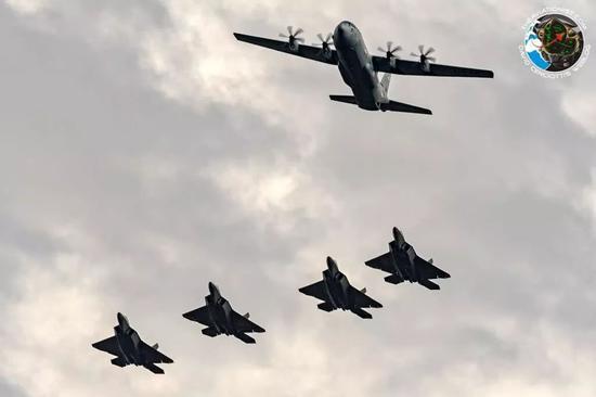 美军多架F22逼近边境 俄空军无奈自家苏57还在测试