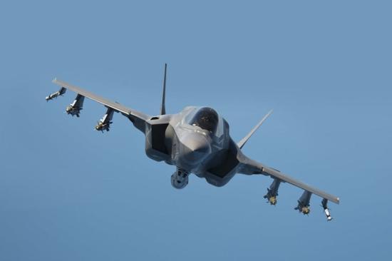 美军F35B首次海外部署 为何放弃隐身也要挂机炮吊舱