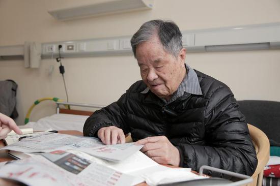 楊槱院士讀今年元旦改版後的《解放日報》。