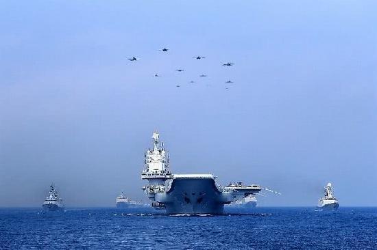 2018南海阅兵式期间,辽宁舰率领航母打击梯队亮相。