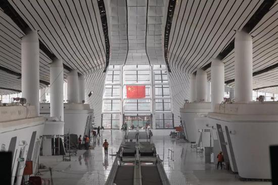 ▲4月12日,北京大興國際機場內部裝修接近完工。