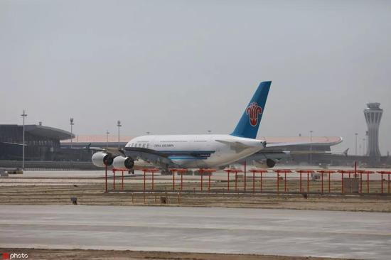 ▲南航A380客機平穩降落在大興機場。