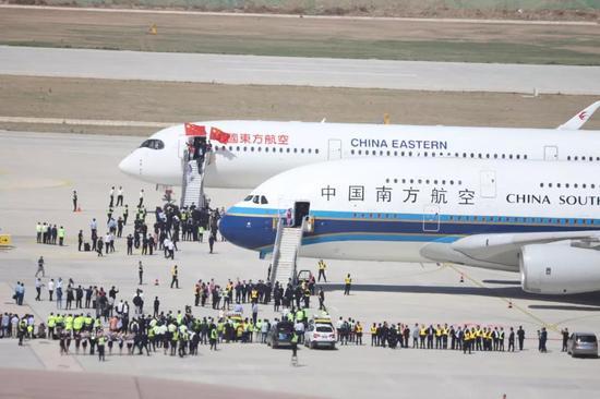 ▲5月13日,中國南方航空和中國東方航空的試飛客機降落在大興機場。