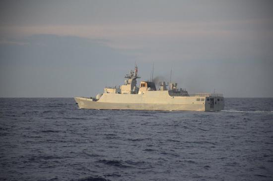 中国056A护卫舰在黄岩岛与菲海警船近距遭遇(图)