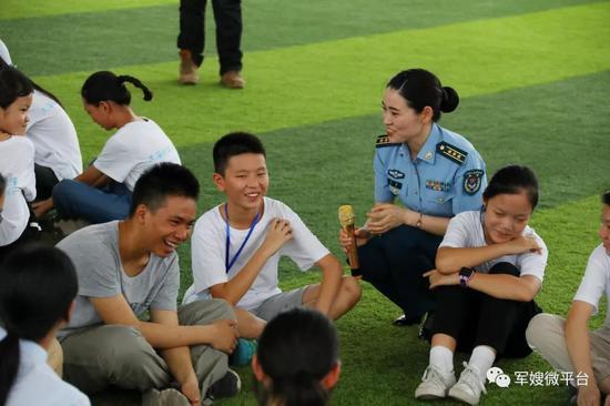 """某部心理骨干张晗作为主教官带领孩子们进行""""破冰游戏""""。荣城摄"""