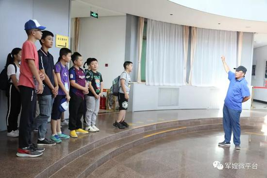 东风中学校长陈应生(右)给羊城少年讲述航天员的出征故事。荣城摄