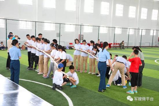 """在《军嫂》杂志社心理专家的组织下,两地少年协作共赢,燃情""""破冰""""。荣城摄"""