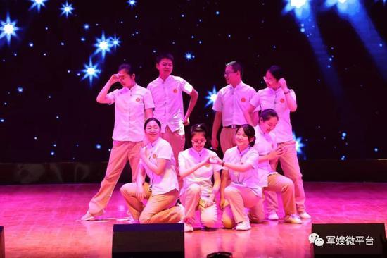 联谊中,东风中学学生以一段热舞迎接来客。荣城摄