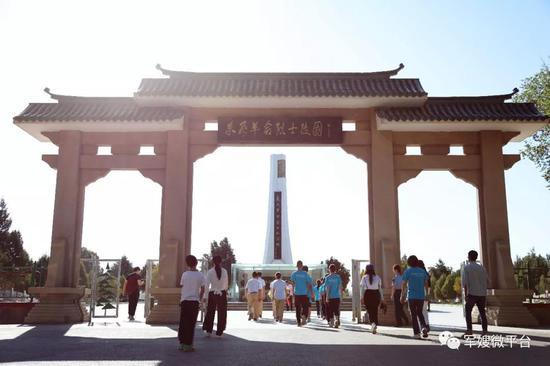 怀着崇敬的心情,来到东风革命烈士陵园祭拜。荣城摄
