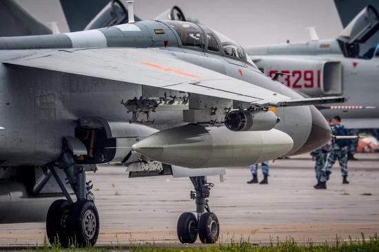 我军飞豹战机最新改型亮相 与S300对抗战损率下降2/3