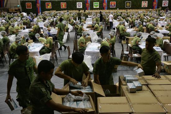 <b>新加坡1500名军人加紧打包520万口罩 今起发放</b>