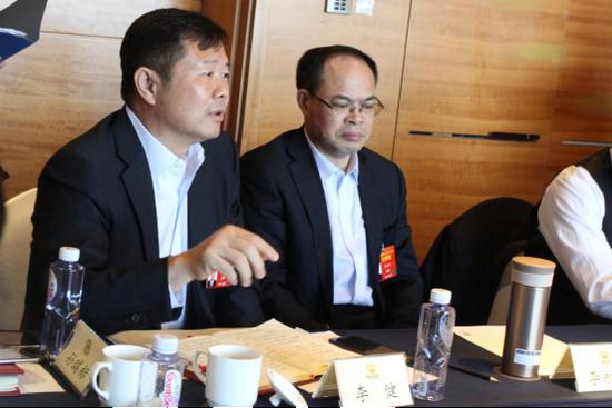 李健(左) 图自东方网