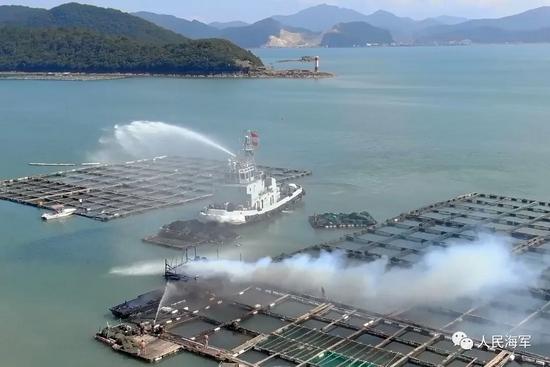 煤气罐爆炸引起渔排火灾 海军官兵紧急协助救援