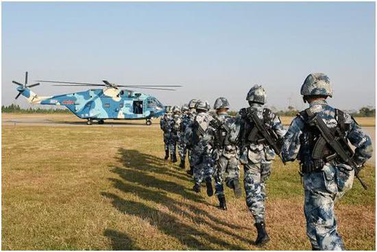乘坐直升机执行立体化进攻的解放军陆战队员。
