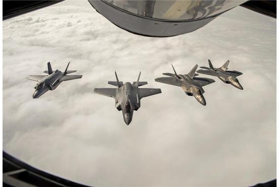 美制两型五代机公开决斗:F35飞行员称F22是难缠对手