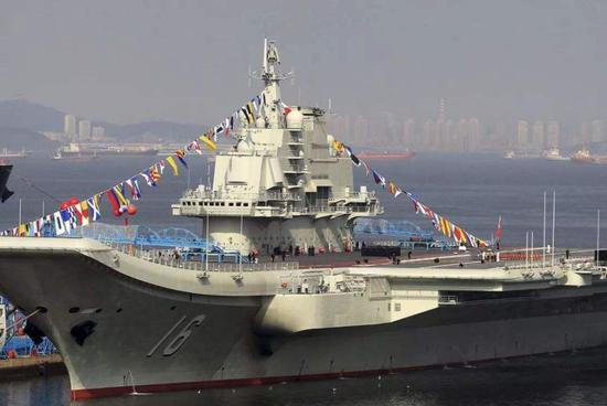"""中国海军""""辽宁舰""""港内资料图。"""