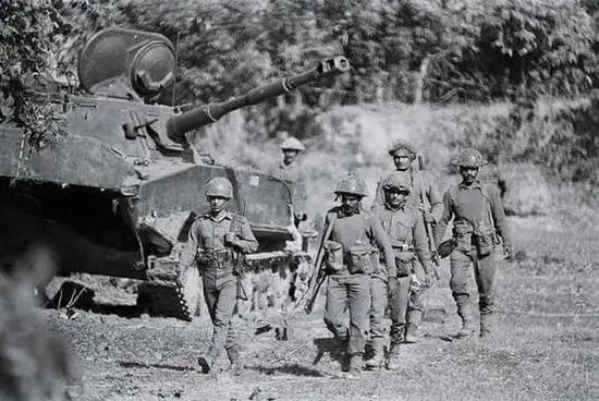 奇葩印度坦克史:炮塔上装沙发带凉棚