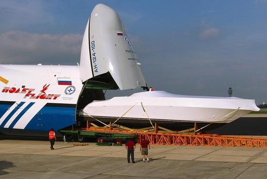 图为运送整艘游艇的安-124。