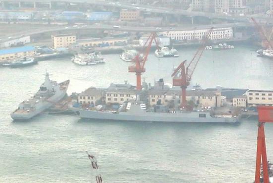 大连造船厂多艘055大驱与052D神盾舰同框(图)