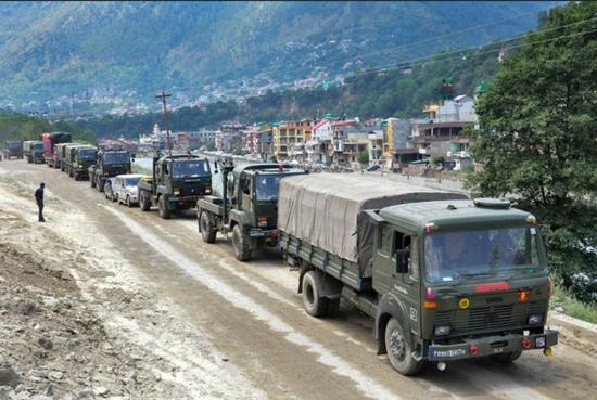 印媒:解放军在边境建停机坪和军营 印度已增兵3万