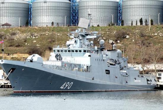 """图为停泊在港的""""埃森海军上将""""号护卫舰。"""